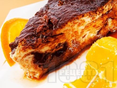 Вкусна торта с кроасани с течен шоколад, яйчен крем и карамелена заливка - снимка на рецептата